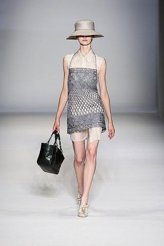 Alberta-Ferretti-Podium-spring-fashion-2010-001_runway
